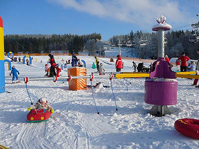 Omheind Kidspark in Lipno nad Vltavou, onderaan de skiliften