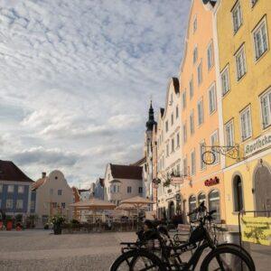Schärding centrum fietsen met kinderen langs de Donau